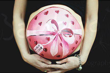 Rysunki na ciążowych brzuchach