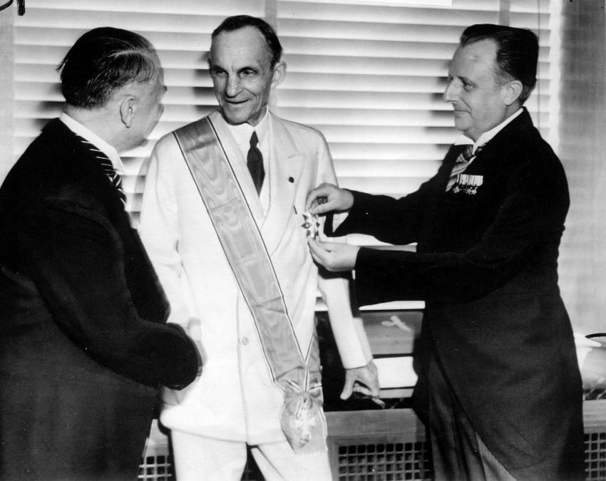 Henry Ford receiving the Grand Cross of the German Eagle from Nazi officials, 1938 - Imgur (1)