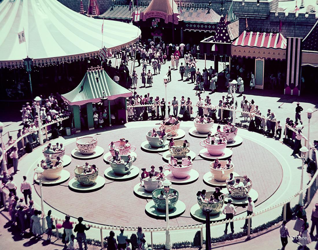 Filiżanki z Alicji w Krainie Czarów to jedna z najbardziej rozpoznawalnych atrakcji Disneyland'u.