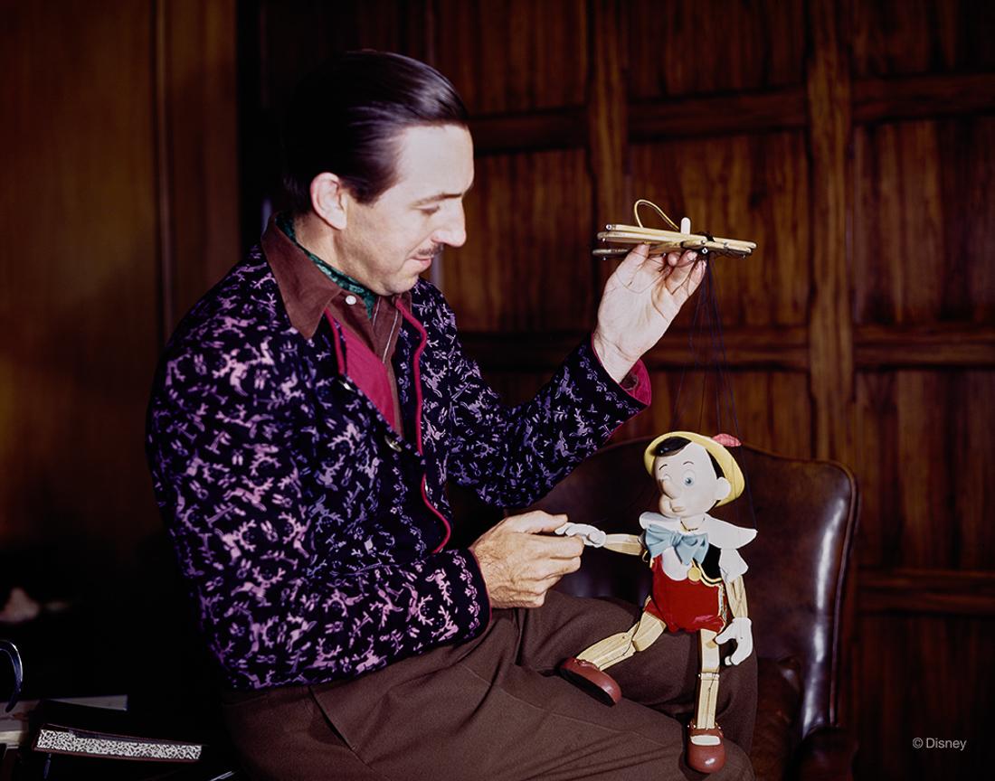 Rok 1940- Walt Disney pozuje z marionetką Pinokio