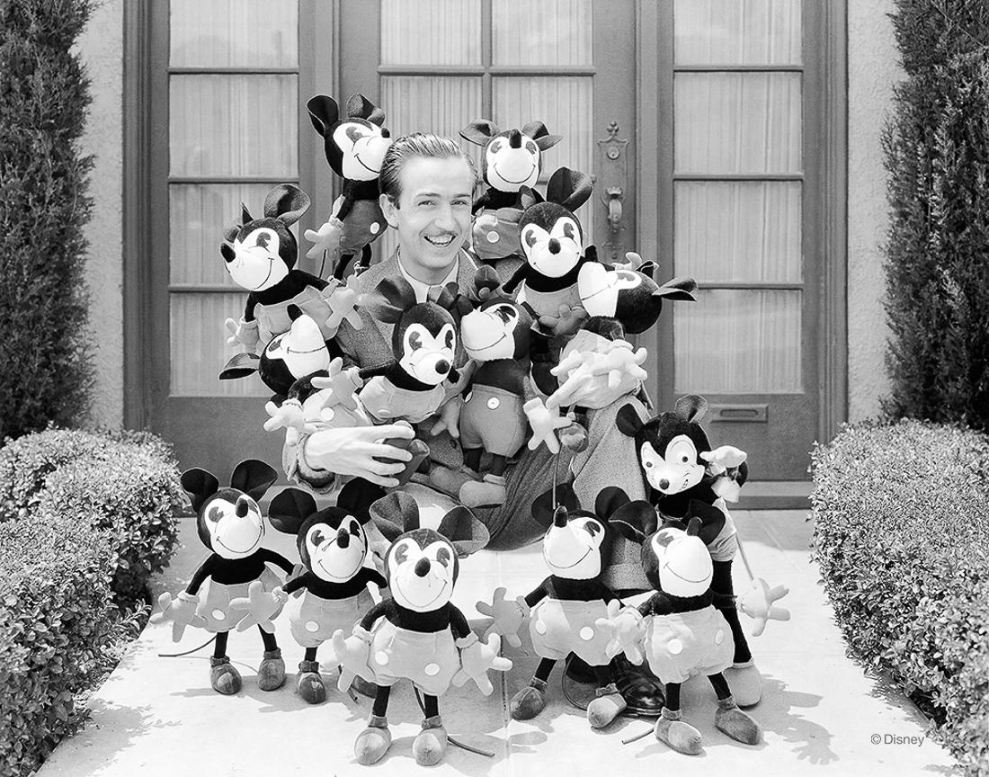 Rok 1932- Walt Disney okryty pierwszą w historii serią pluszowych zabawek Myszki Miki. Pluszowe zabawki tej postaci sprzedały się w setkach tysięcy egzemplarzy.