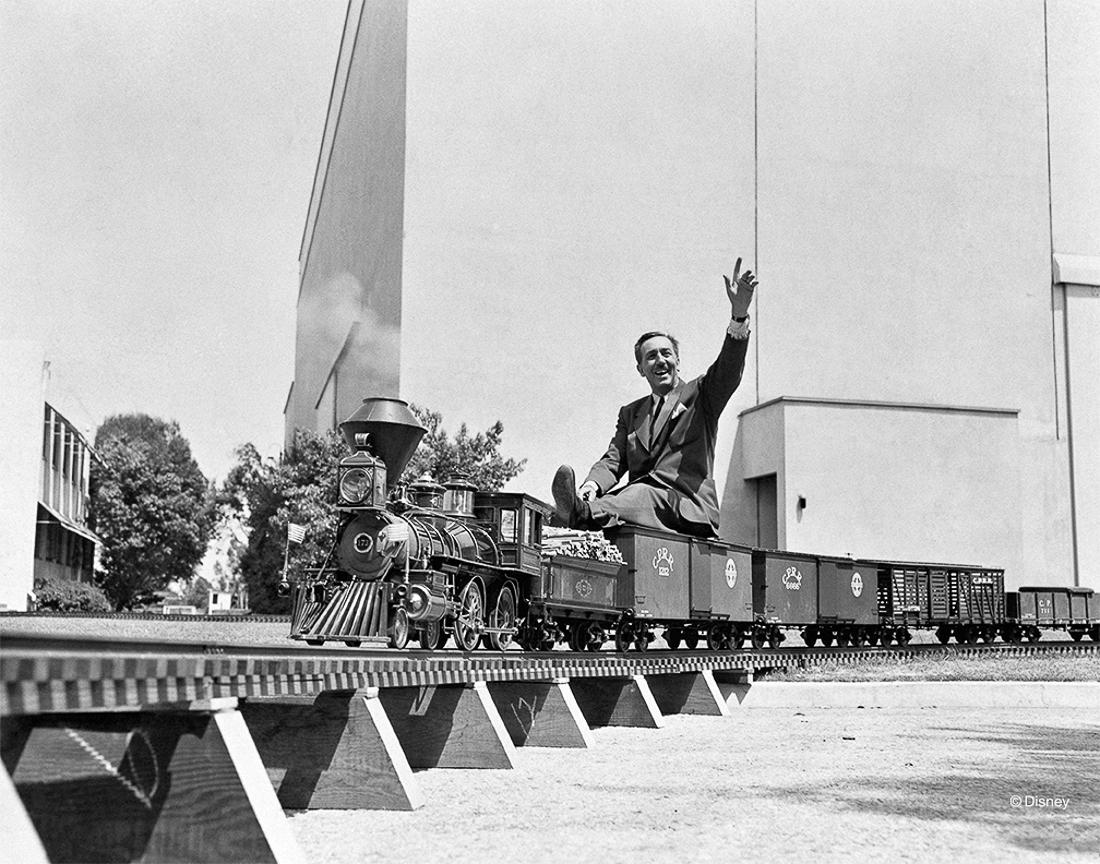 Rok 1951- Walt Disney na pokładzie swojego miniaturowego pociągu Carolwood Pacific Express, wykonanym na zamówienie do jego kalifornijskiego domu.
