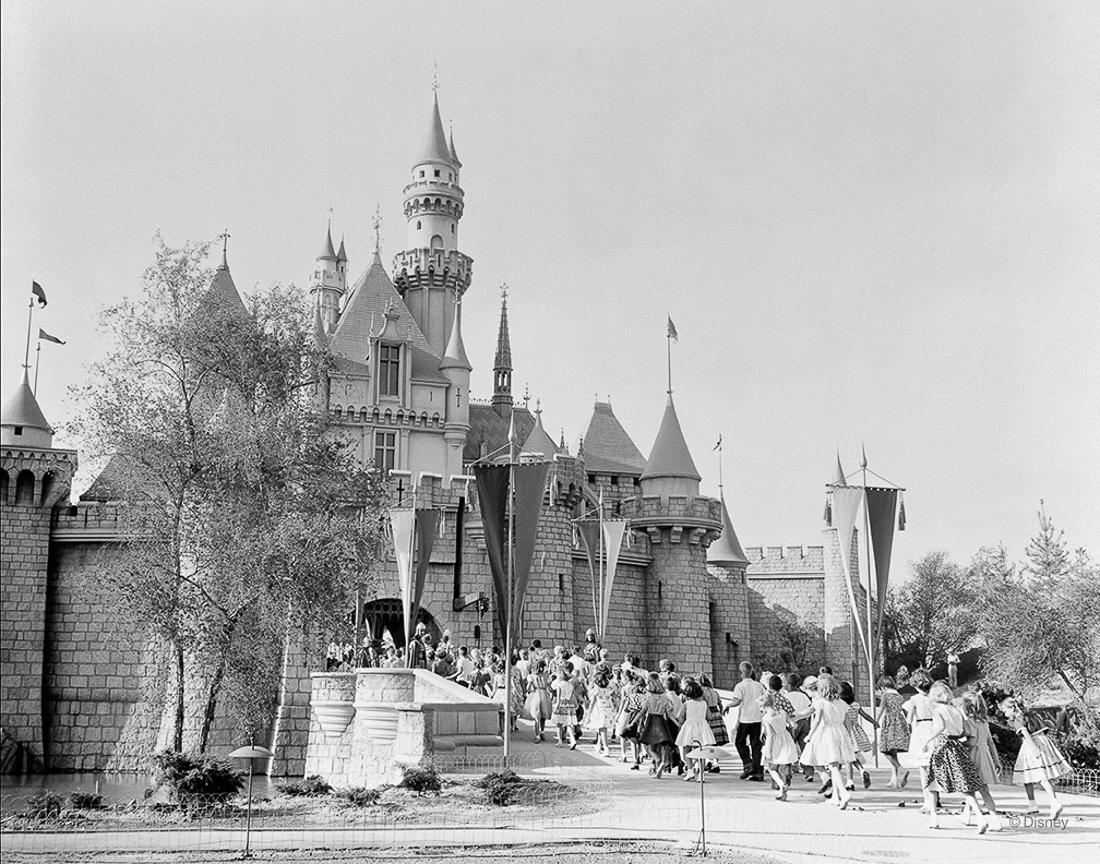 Rok 1955- Disneyland był pierwszym w swoim rodzaju parkiem rozrywki. Zamek Śpiącej Królewny z dnia otwarcia.