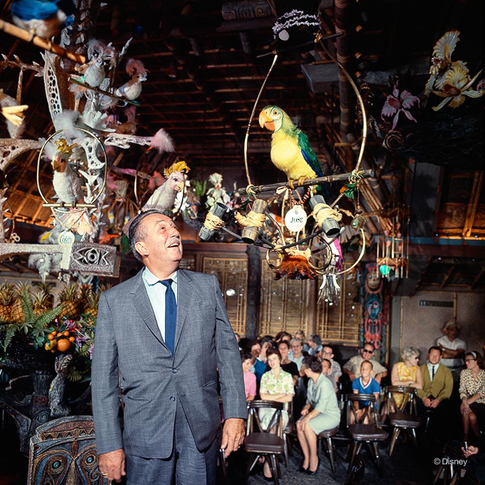 Rok 1963- Walt Disney pozuję z bohaterami Tiki Room- ówcześnie najnowszej atrakcji Disneyland'u.