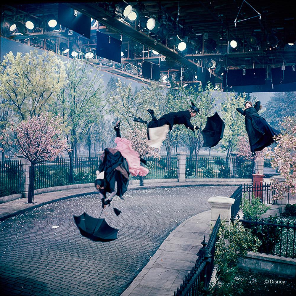 Rok 1964- Kaskaderzy przebrani za nianie z planu filmu Mary Poppins