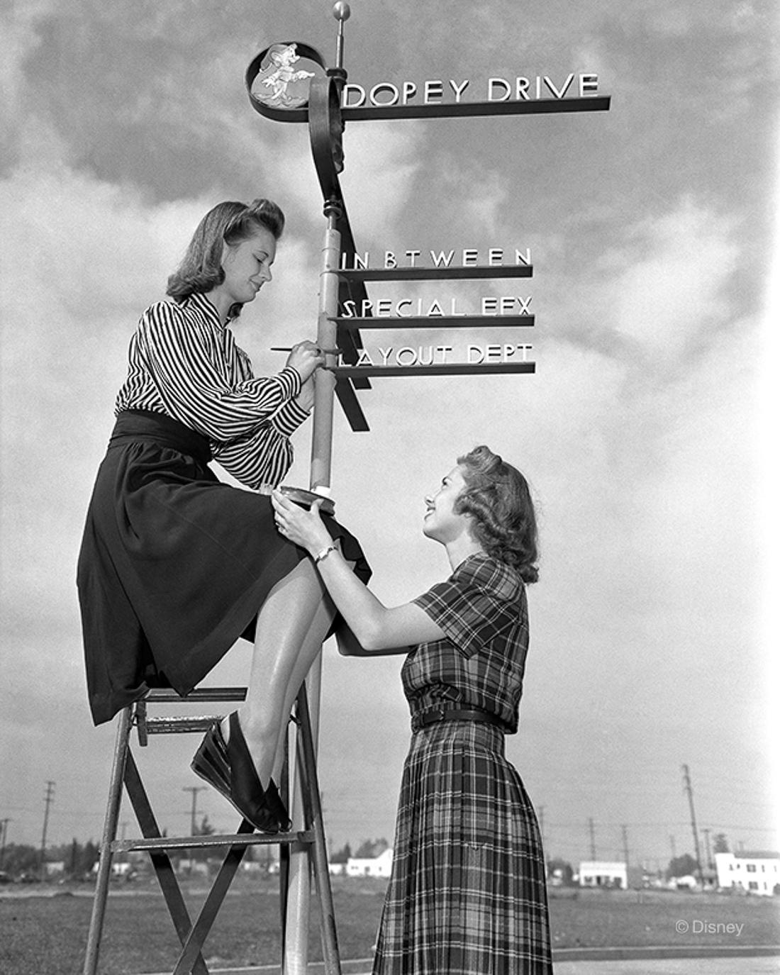 Rok 1940- Pracownice studia Disney'a podpisują nowo postawiony drogowskaz.