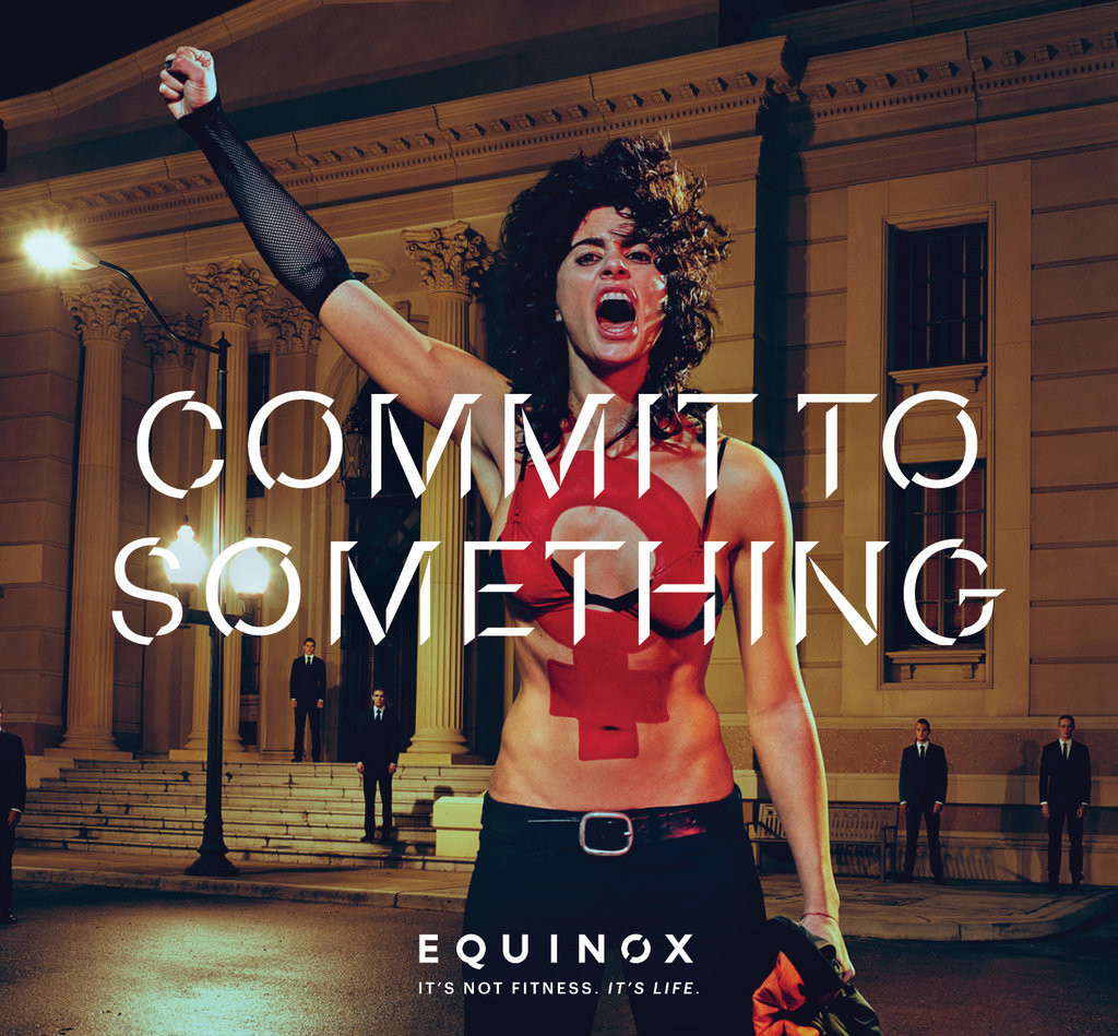 """Reklama Equinox 2016 jest częścią kampanii o nazwie """"Zobowiąż się do czegoś"""". Jest to zbiór siedmiu odważnych zdjęć fotografa Stevena Kleina. Według komunikatu prasowego z Nowego Jorku sieci klubów fitness, """"Każdy z siedmiu obrazów opowiada inną historię o zaangażowaniu"""". Wszystkie obrazy są mocnym wyrazem podjęcia świadomego działania i wyzwolenia."""