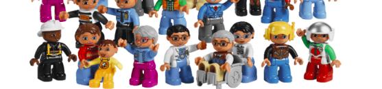 figurki lego na wózku inwalidzkim