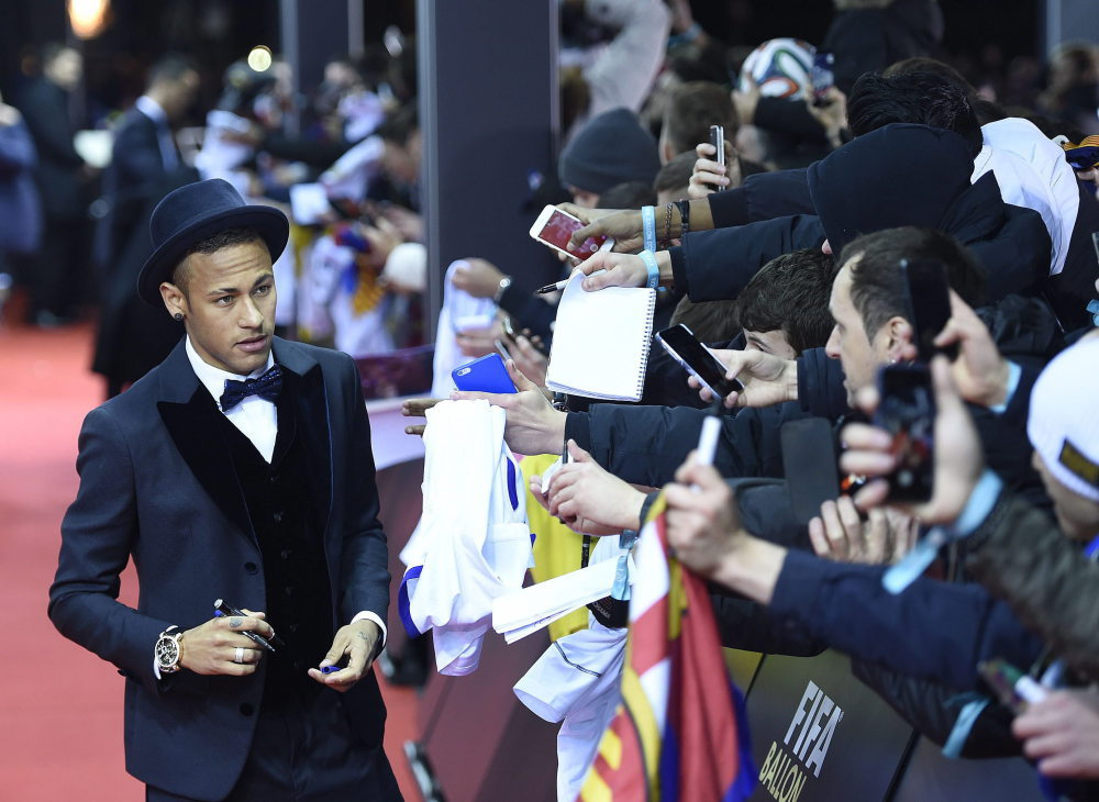 epa05097522 Brazil's Neymar signs autographs on the red carpet prior to the FIFA Ballon d'Or awarding ceremony at the Kongresshaus in Zurich, Switzerland, 11 January 2016. EPA/VALERIANO DI DOMENICO Dostawca: PAP/EPA.