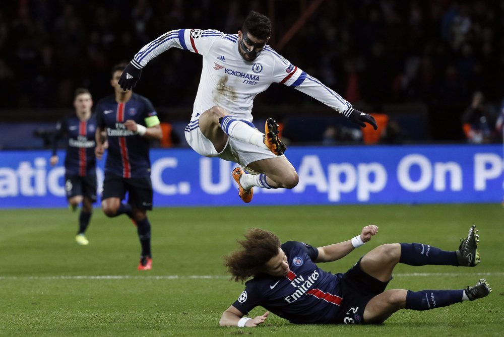 epa05165149 Chelsea's Diego Costa (top) in action against PSG's David Luiz (bottom) during the UEFA Champions League Round of 16 first leg soccer match between Paris Saint-Germain and Chelsea FC at the Parc des Princes Stadium in Paris, France, 16 February 2016. EPA/ETIENNE LAURENT Dostawca: PAP/EPA.