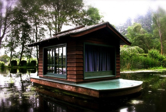 A raft cabin, built by Steve Burgess in his family pond, California, USA.