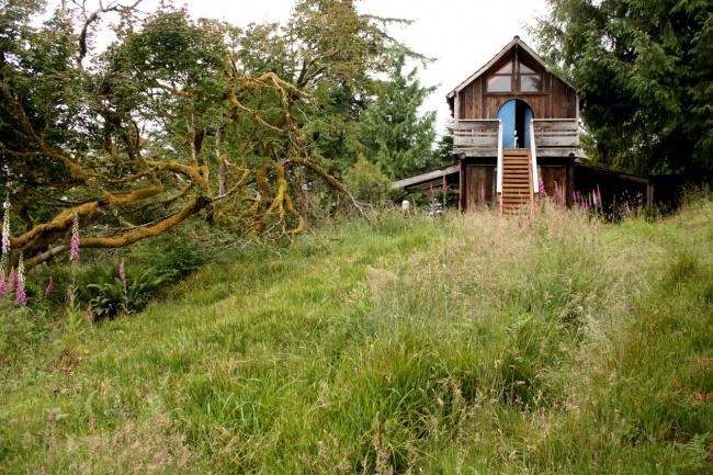 A wood cabin in Oregon, USA.