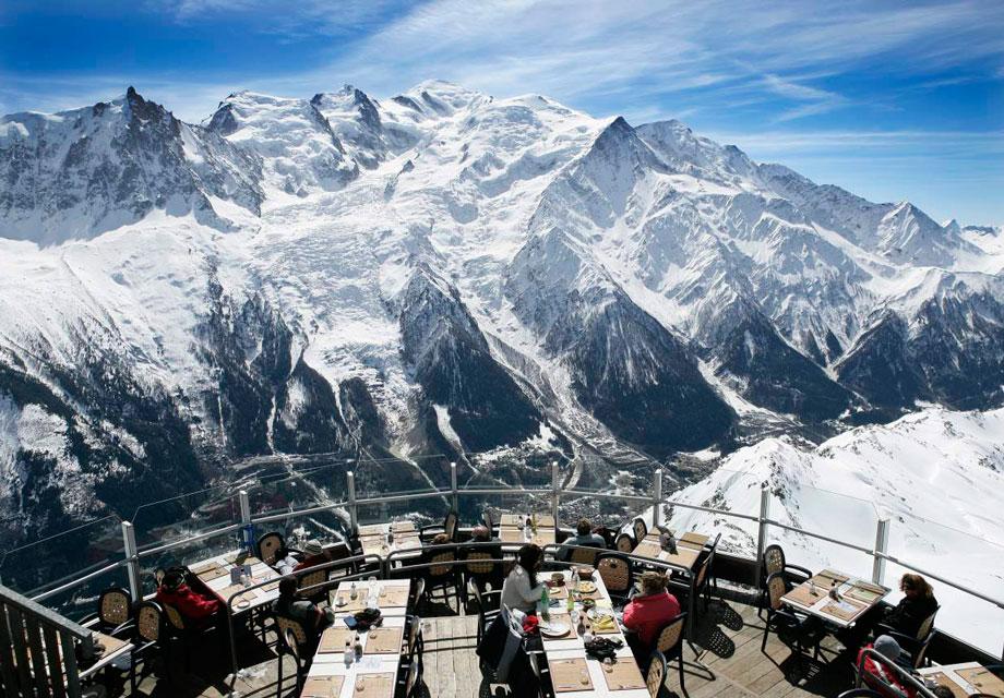 Le panoramic to francuska restaruacja znajdująca się przy zaśnieżonej górze Mont Blanc