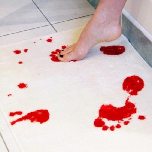 Mata do łazieńki, które zamienia się w krwawy czerwony kiedy jest mokra