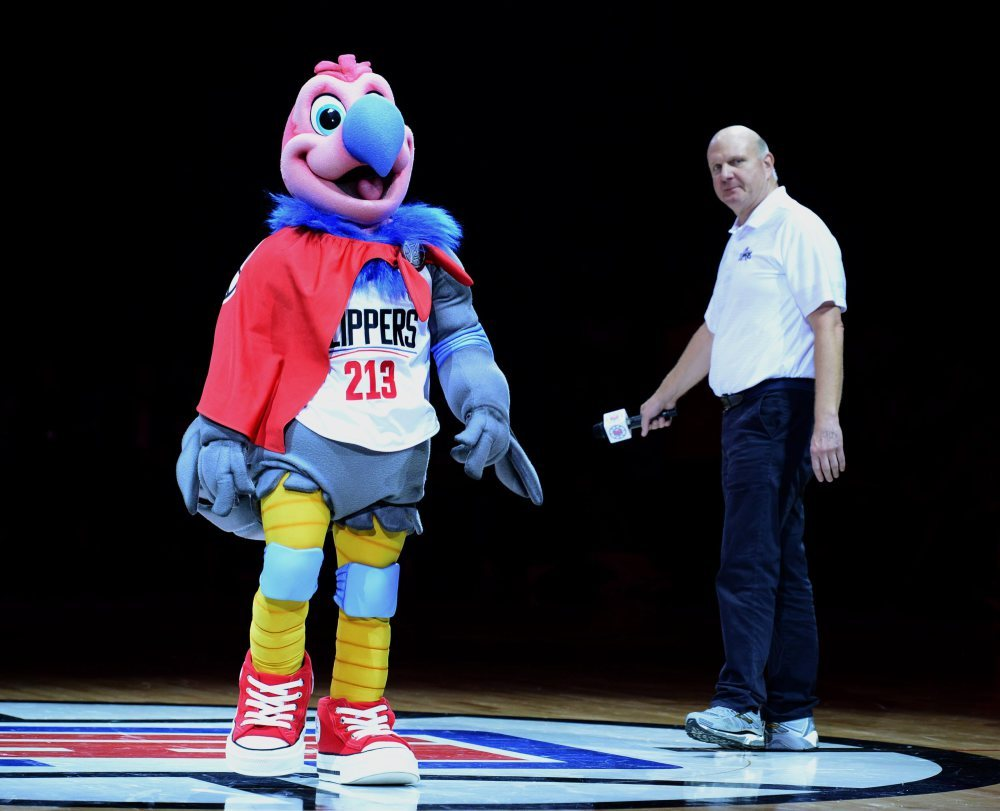 epa05188203 Los Angeles Clippers owner Steve Ballmer (R) introduces the Clippers' new mascot Chuck (L), a California condor, at half time of the Clippers' game against the Brooklyn Nets in Los Angeles, California, USA, 29 February 2016. The Clippers won the game. EPA/PAUL BUCK CORBIS OUT Dostawca: PAP/EPA.