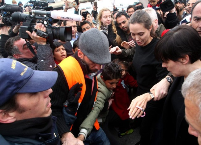 epa05214049 US actress and special envoy of the United Nations High Commissioner for Refugees (UNHCR), Angelina Jolie (C) visits the temporary refugee facilities at the port of Piraeus, near Athens, Greece, 16 March 2016. EPA/PANTELIS SAITAS Dostawca: PAP/EPA.