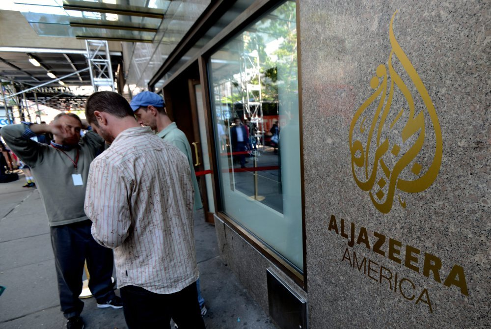 epa03831675 Pedestrians stand outside the new Al Jazeera America television broadcast studio on West 34th Street in New York City, New York, USA, 20 August 2013. Al Jazeera America was scheduled to launch its network in the United States later 20 August, after a decade of trying to gain a firm foothold in the country. Producers and technicians were scrambling to put the final touches on the broadcast from their temporary headquarters at the Hotel New Yorker on 8th Avenue in Manhattan. At 3 pm (1900 GMT) former US President Al Gore was to turn off its Current TV, which served 45 million US homes, and hand over the channel to Al Jazeera, the Qatar-based news organization. With little fanfare and scant advertisements, Al Jazeera America (AJA) was to go live by 4 pm (20:00 GMT) in New York and across the US.  EPA/PETER FOLEY  Dostawca: PAP/EPA.