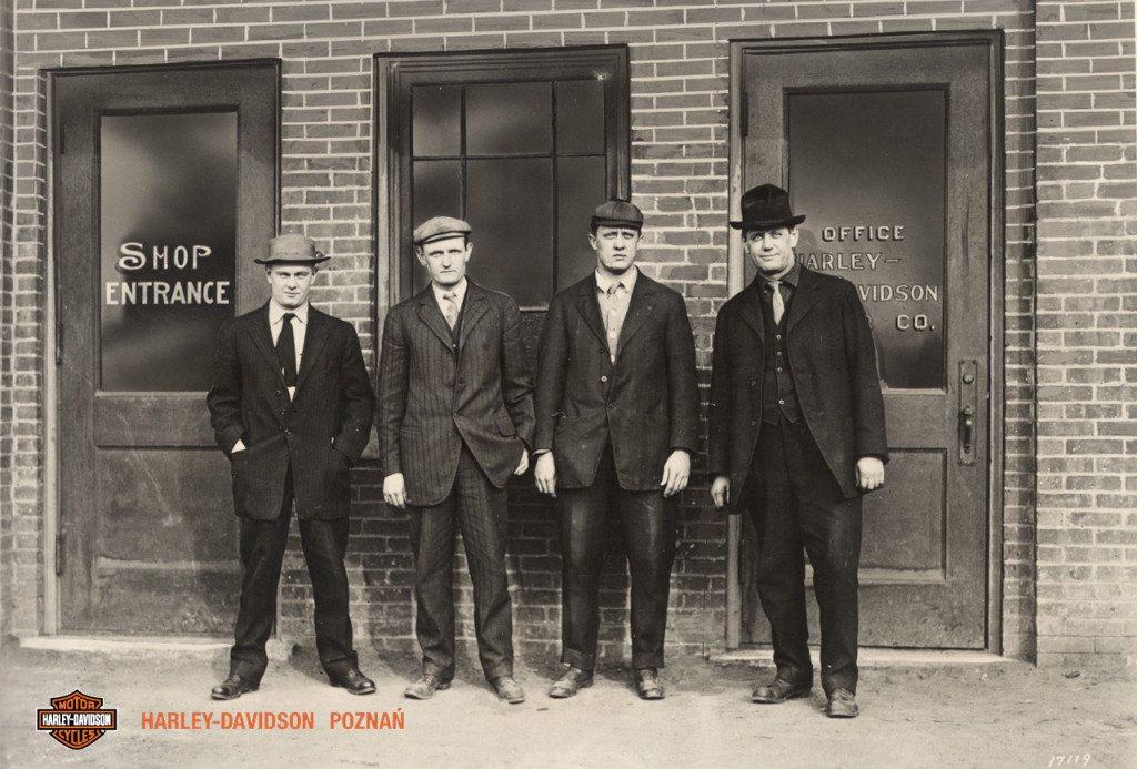 Harley-Davidson tutaj się zaczęło - bracia Davidson przed swoim sklepem