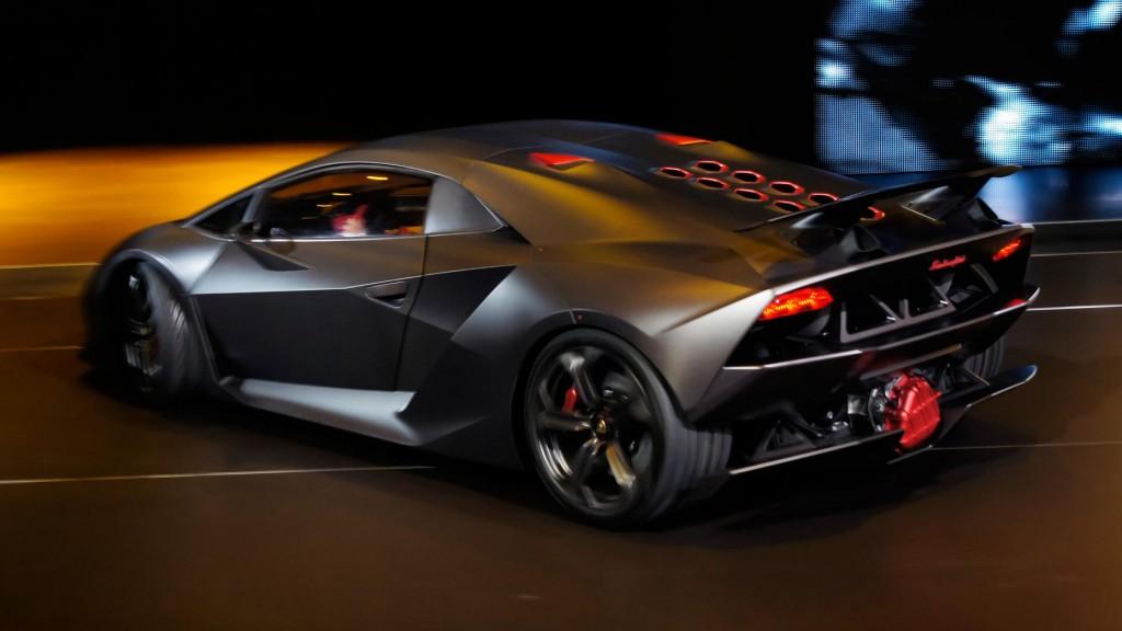 """Aston Martin Vulcan jest jednym z najbardziej ekstremalnych i rzadkich modeli tej marki. W dodatku szanse na to, że go kiedyś zobaczysz są nikłe, gdyż prawo zabrania używania go na zwykłych drogach. Może się wydawać, że Vulcan został zbudowany z samych niezwykłych liczb: ponad 800 KM, które pochodzą z ogromnego silnika V12, niecałe 3 sekundy do """"setki"""", ponad 320 km/h prędkości maksymalnej oraz oczywiście cena. Ta jest niebagatelna, bo za tego Astona Martina trzeba zapłacić 3,4 miliona dolarów."""