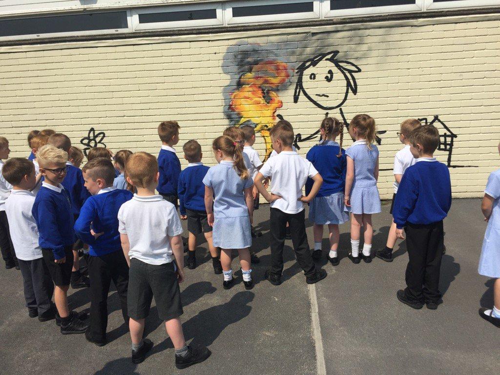 nowy mural banksy'ego na szkole