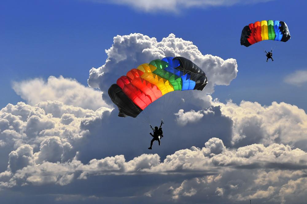 Skok ze spadochronem to potężna dawka adrenaliny