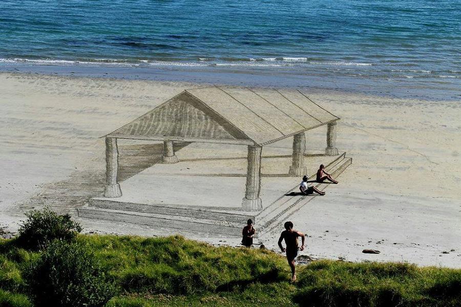 sztuka tworzona na plaży
