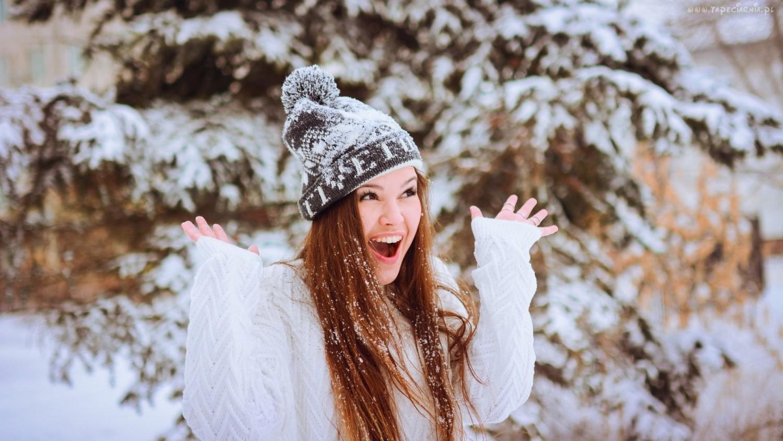 246475_usmiechnieta_kobieta_zima_snieg_czapka