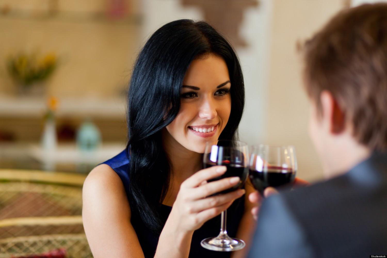 Co to znaczy, kiedy kobieta w trakcie randki dużo się do Ciebie uśmiecha i bawi się włosami?