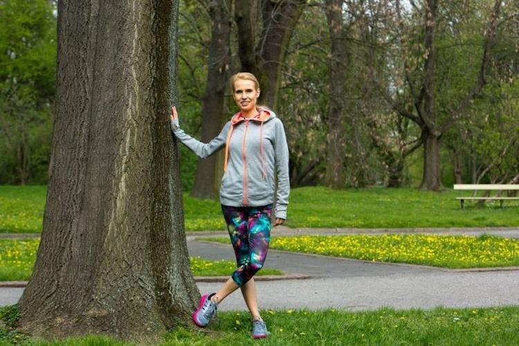 trening-w-parku-cwiczenia-przy-drzewie-galeria_3281155