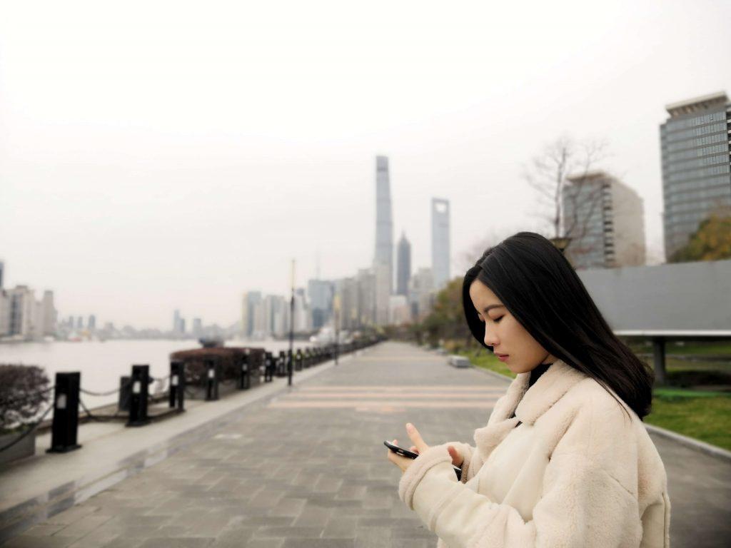 Chinka używająca smartfona