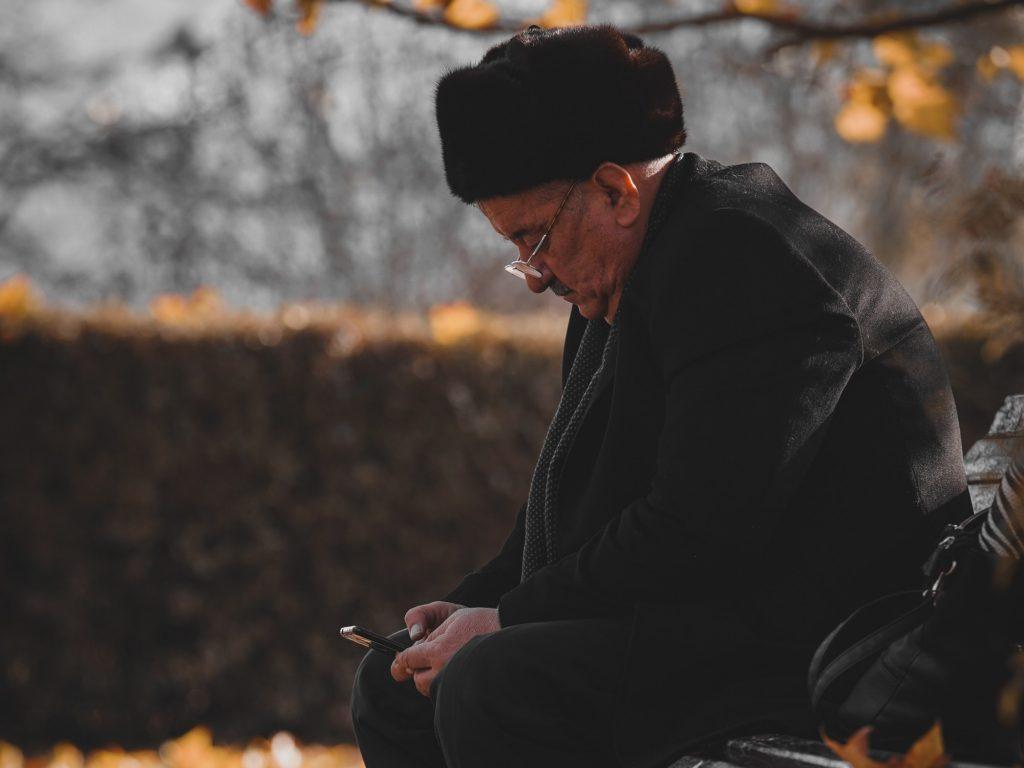 starszy mężczyzna z telefonem